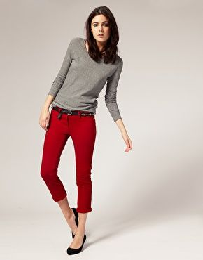 Red jeans and gray sweater with black flats. Somebody help that model tho, I think she's gonna fall over