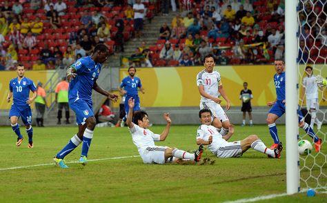 内田篤人のオウンゴール - コンフェデレーションズ杯。イタリア対日本。内田のクリアしようとしたボールが日本のゴールに入り、イタリアが同点に追いつく。(Photo by Laurence Griffiths/Getty Images) (ゲッティ イメージズ)
