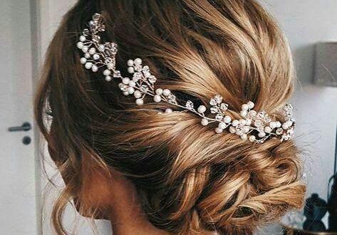 Inspiration Fur Die 90er Braut Brautfrisur Glitzer Haarschmuck Schone Frisuren Kopfschmuck Braut Brautkrone Haare Hochzeit