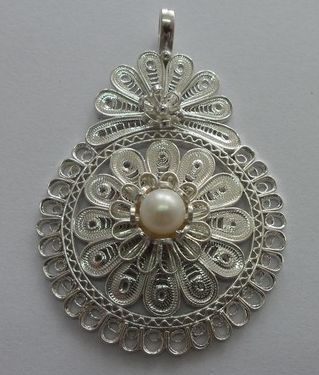 filigree necklace with pearls