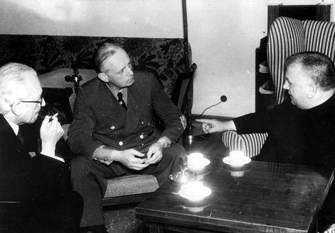 Jozef Tiso mit Ministerpräsident Vojtech Tuka und dem deutschen Reichsaußenminister Joachim von Ribbentrop während der Verhandlungen in Salzburg Ende Juli 1940.