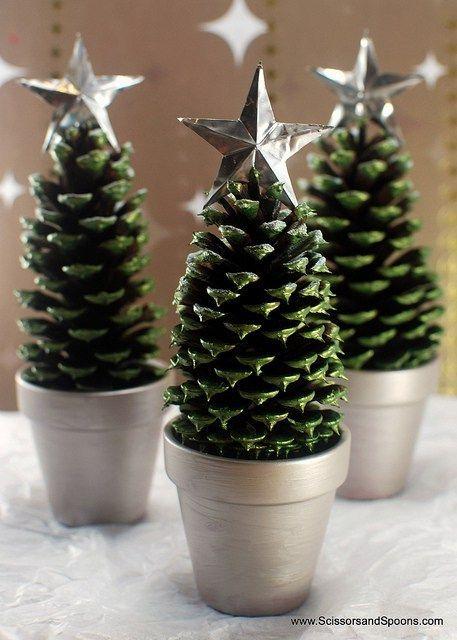 DIY table de Nol dcore avec des objets rcupres partie 12 - 12  avec de dcor in 2020  Christmas tree crafts Pine cone christmas tree  Cone christmas trees