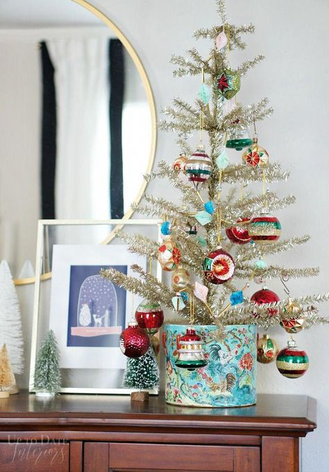 A eclectic and color Christmas home with lots of globally inspired DIYs and decorating ideas!   #modernglobaldecor #globaleclecticdecor #diybloggershouse #eclecticglobal #diyhomedecoronabudget #christmasdecor #christmasdecorationideas #vintagechristmas