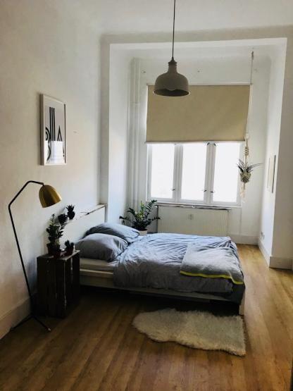 Schones Gemutliches Schlafzimmer Mit Doppelbett Parkettboden Und Diy Nachtkastchen Aus Holzkisten Einrichtung Diy Sc Wohnung Haus Gemutliches Schlafzimmer