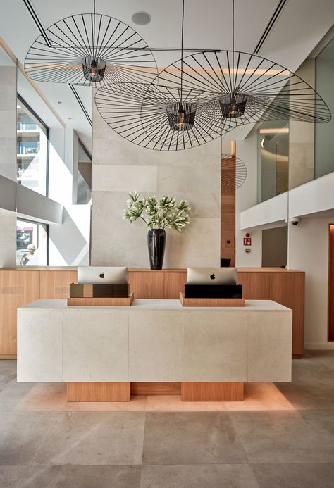 Whether you have a grand and comfortable lobby or a minimalistic and intimate one, all the elements of your hotel lobby design must be in total harmony. Hotel Lobby Design, Modern Hotel Lobby, Hotel Interiors, Office Interiors, Design Entrée, Design Ideas, Design Trends, Design Projects, Lounge Design