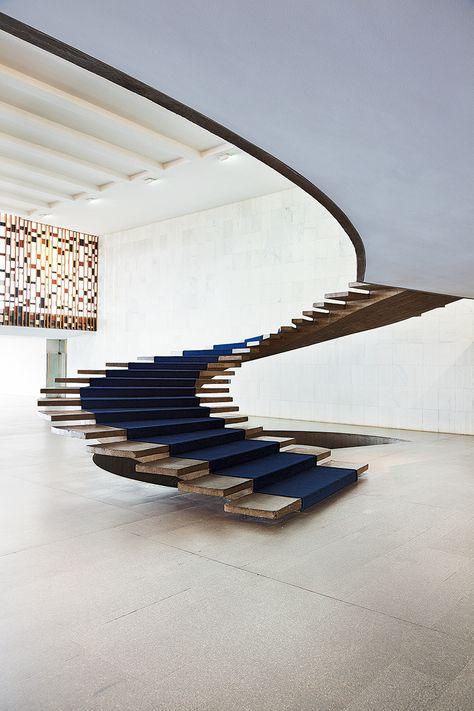 Oscar Niemeyer | La sinuosa escalera volada del Palacio de Itamaraty (1970, sede del ministerio de exteriores, En Brasilia) demuestra que el cemento armado, además de sujetar, también puede expresar. AD España, © FRAN PARENTE