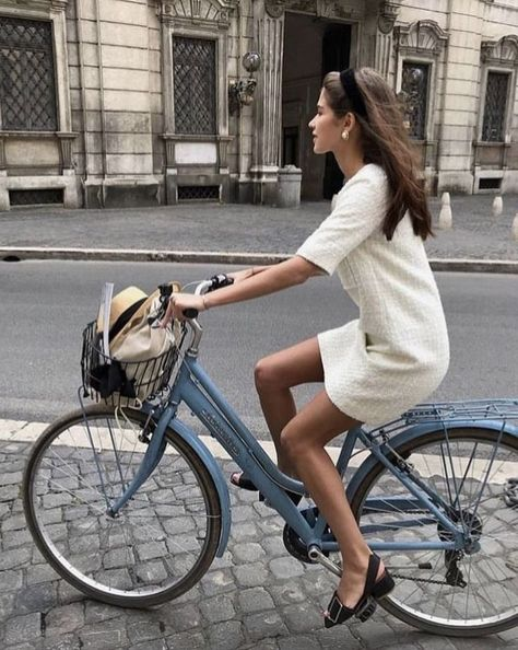 7 Chic Ways To Dress Like a French Women. How to style your clothing to achieve the classic Parisian chic 7 Chic Ways To Dress Like a French Women. How to style your clothing to achieve the classic Parisian chic look Source by clothes Fashion Week, New York Fashion, Look Fashion, Girl Fashion, Autumn Fashion, Fashion Outfits, Fashion Trends, Fashion Beauty, Fashion Blouses