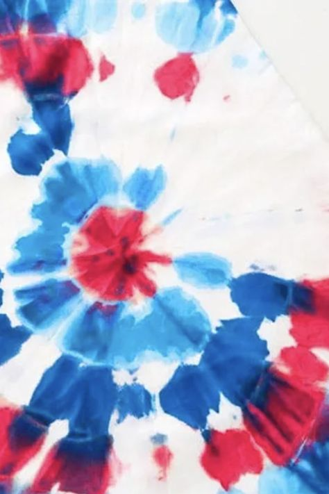 July 4th is almost here and there is no better way to set the scene than with festive, fireworks-inspired placemats — we've even come up with the easiest way to make them so they are completely washable and reusable! From messy BBQs to Sunday Fundays, we've got you and your tables covered )
