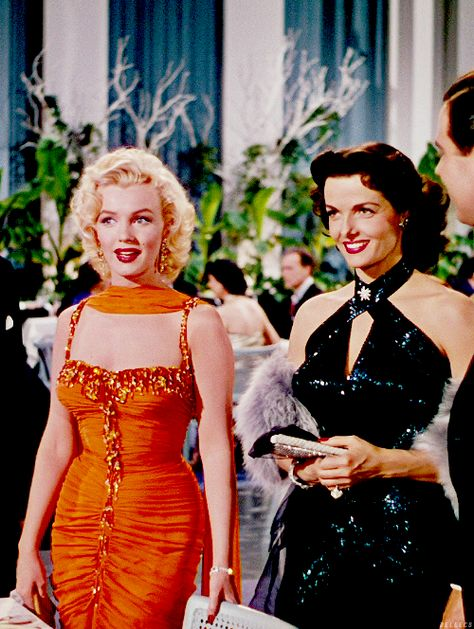 "Marilyn Monroe and Jane Russell in ""Gentlemen Prefer Blondes"", 1953 Hollywood Icons, Hollywood Hills, Golden Age Of Hollywood, Vintage Hollywood, Hollywood Stars, Classic Hollywood, Old Hollywood Glamour Dresses, Hollywood Fashion, Hollywood Actresses"