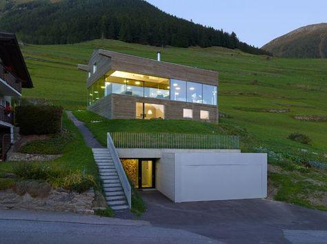 Haus am Hang mit unterirdischer Tiefgarage Architecture - garageneinfahrt am hang
