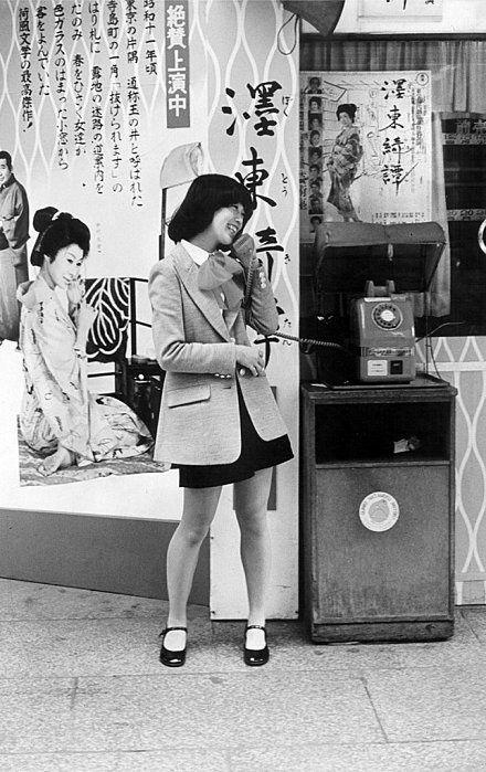 80s #showa 昭和55年 東京 公衆電話で楽しそうな若い女性 : 昭和の風景 ...