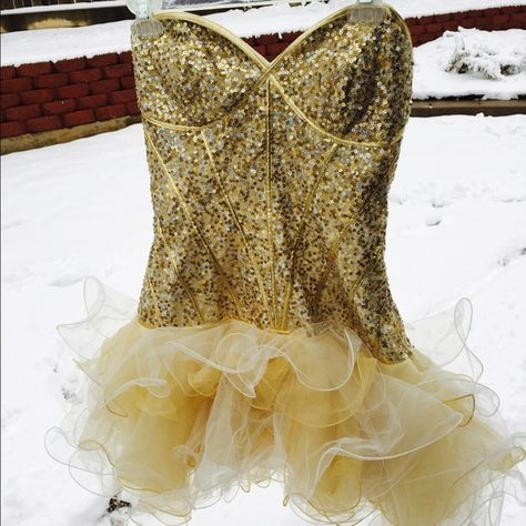 Sherri Hill sequined ribbed prom dress Gold sequined ribbed corset with a mesh tulled skirt, they're connected. WORN ONCE FOR PROM !! Perfect condition but doesn't have a tag. Runs pretty small, but the corset allows for adjustment. I'd say this fits anyone from a size 8-10. Sherri Hill Dresses