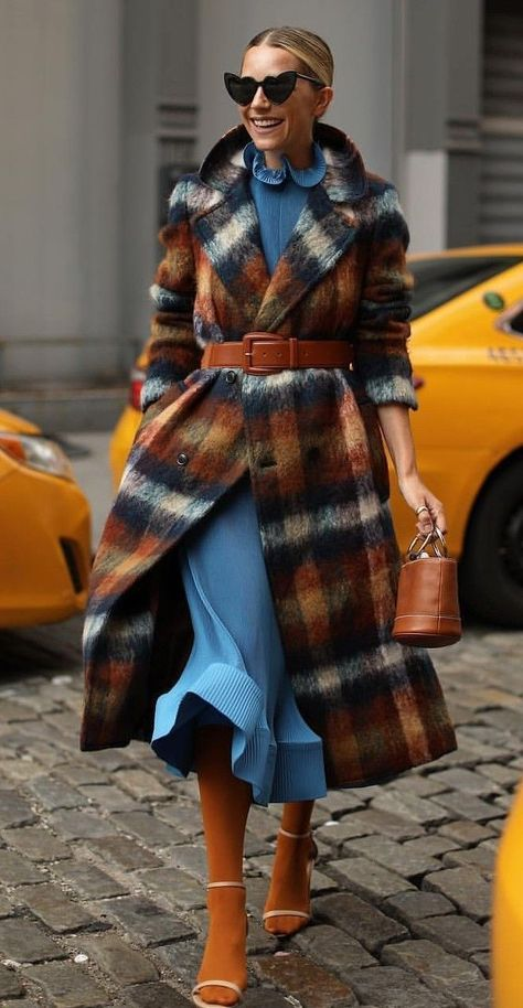 Wrapping a belt around your outercoat is on trend right now! And we love it ★ | Pinned by Zefinka.com.
