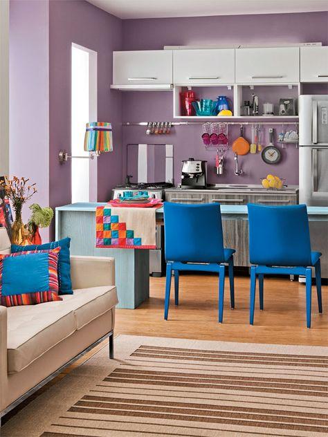 O ambiente, projetado pelo arquiteto Maicon Antoniolli, traz boas ideias em um ambiente de apenas 7,70 m². A bancada, quando a cozinha é usada, faz o papel de aparador, mas, na hora das refeições, basta utilizar as cadeiras azuis para que seja criada uma pequena mesa.