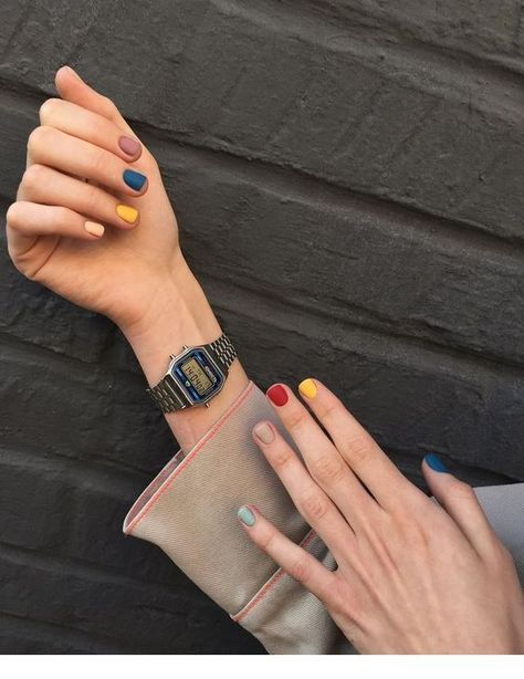 Retro watch, pastel nails - Miladies.net