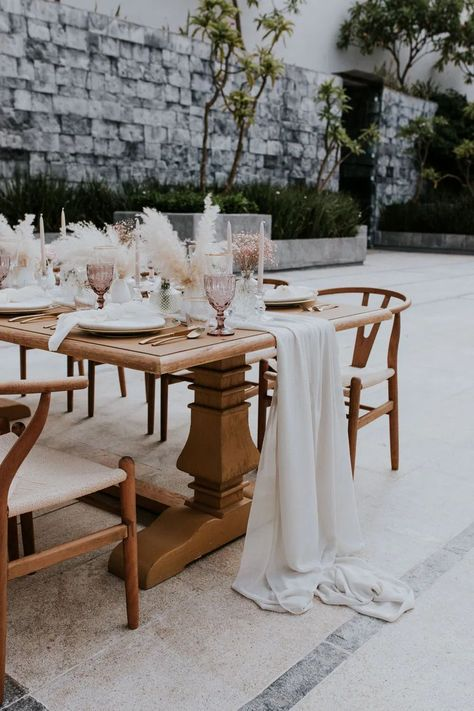 Table Tablescape Decor Pampas Grass Glasses Candles Gold Cutlery Stylish Pink Wedding Ideas Luke Fotoliv #WeddingTable #Tablescape #WeddingDecor #PampasGrass #WeddingGlasses #WeddingCandles #GoldCutlery #Wedding