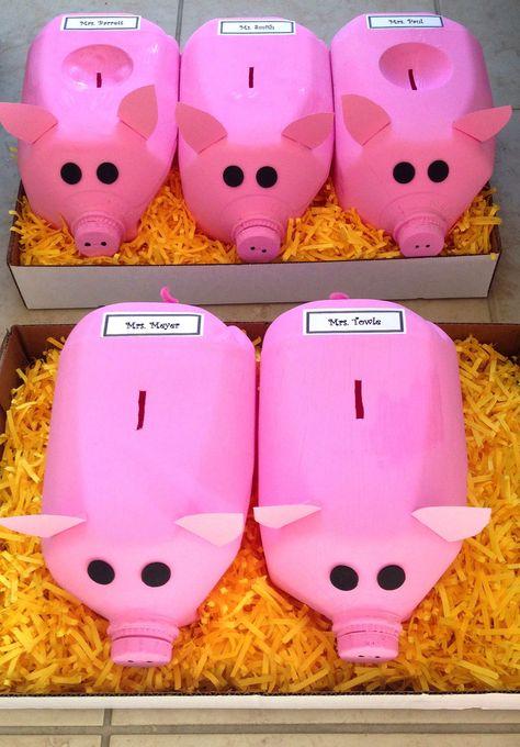 """Fünf perfekte kleine Schweinchen für """"Who will kiss the pig?"""" einem Wettbewerb im Verein. Das Schweinchen in dem sich die meisten Geldstücke finden wird von seinem Paten (Name steht auf dem Schwein) geküsst. Das Beweisfoto wird an der Stelle veröffentlichst, wo die Schweinchen standen."""