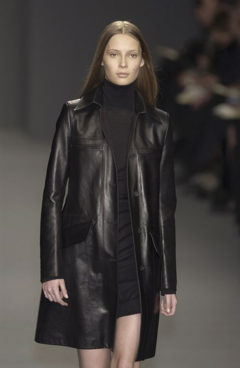 Calvin Klein at New York Fashion Week Fall 2003 - Livingly 2000s Fashion, New York Fashion, Retro Fashion, Runway Fashion, High Fashion, Winter Fashion, Vintage Fashion, Fashion Outfits, Dubai Fashion