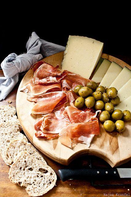 Jamón, queso y aceitunas, rico rico, si añadimos un plato de aceite de oliva de Jaen para mojar pan y una copa de vino, insuperable