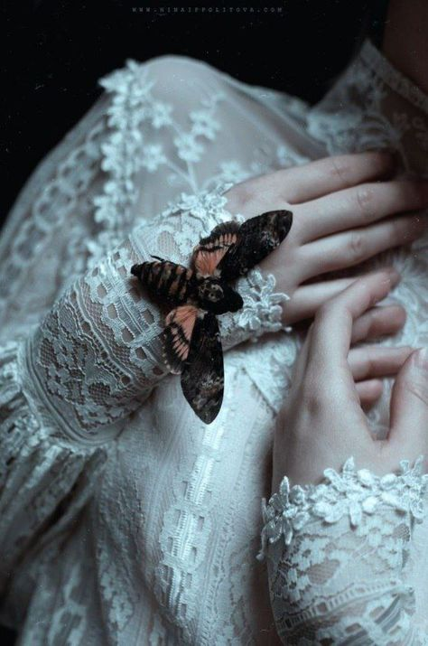New Dark Art Beautiful Gothic Ideas Gothic Aesthetic, Witch Aesthetic, Aesthetic Photo, Crying Aesthetic, Aesthetic Light, Aesthetic Body, Aesthetic Vintage, Story Inspiration, Character Inspiration