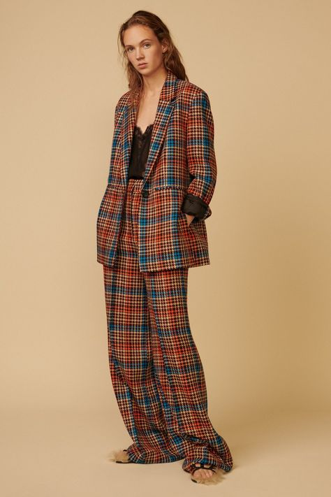 Dorothee Schumacher Pre-Fall 2019 collection, runway looks, beauty, models, and reviews.