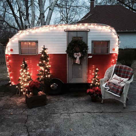Exclusive Photo of Have A Merry Little Vintage Christmas For Camper. RVs have limited space, acquiring a guest can be near impossible. This vintage rv is a good idea for your camper! The vintage camper is simply darling. Vintage Campers Trailers, Retro Campers, Vintage Caravans, Rv Campers, Camper Trailers, Happy Campers, Camper Life, Shasta Camper, Retro Rv