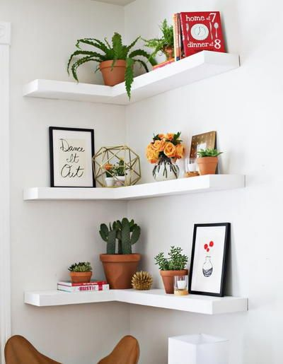Can't find a big wall space to build your shelves? Now you will just need to find an empty corner to build these Amazing DIY Floating Corner Shelves! This DIY shelves tutorial will break down all of the dimensions and steps. Corner Shelf Design, Diy Corner Shelf, Corner Wall Shelves, Diy Wall Shelves, Floating Shelves Diy, Corner Shelves Bedroom, Wall Shelves Design, Corner Wall Decor, Wood Shelf