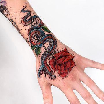 Clasicos Tatuajes De Serpientes Con Rosas A 4 Tamanos Tatuaje De Serpiente Tatuaje De La Mano Tatuajes