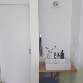 二階の洗面台 左側に洗濯機があり引き戸開けたら部屋干しルームが