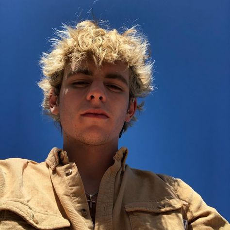 Chilling Adventures of Sabrina star Ross Lynch is a cutie on the show as Sabrina's boyfriend Harvey Kinkle, but truth be told, he's even more bewitching off Shawn Mendes, Beautiful Boys, Pretty Boys, Cute Boys, Beautiful People, Austin And Ally, Boys Lindos, Ross Lynch Hot, Harvey Kinkle