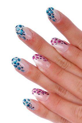 Die Fingernägel, bei diesem Foto-Galerie Bild, wurden mit einem Leoparden Muster verziert. Der optische Effekt liegt hierbei das die linke Hand ein Blaues und die rechte Hand ein Rosa Leoparden Muster hat.
