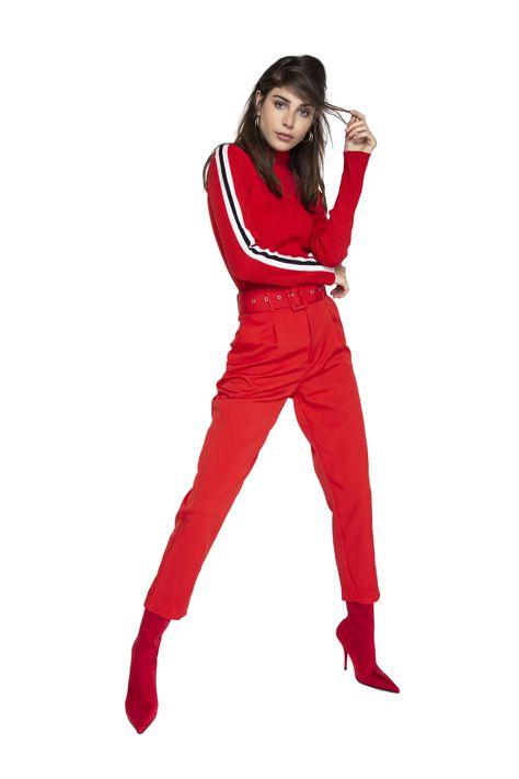Pantalón Marilyn Rojo Saint Malé: Exclusivos diseños de vestuario femenino marca Saint-Malē, confeccionados con estilo y calidad. Diseños Inspirados en una mujer moderna, real y elegante. Queremos asegurar tu satisfacción facilitando cambios o devoluciones, revisa las garantías que entregamos.   Prenda de calce regular Color rojo Tiro alto Cierre frontal con botón y broche internos Bolsillos laterales Con cinturón La modelo utiliza talla 34 La prenda talla 34 mide aproximadamente: Cintura: 66c