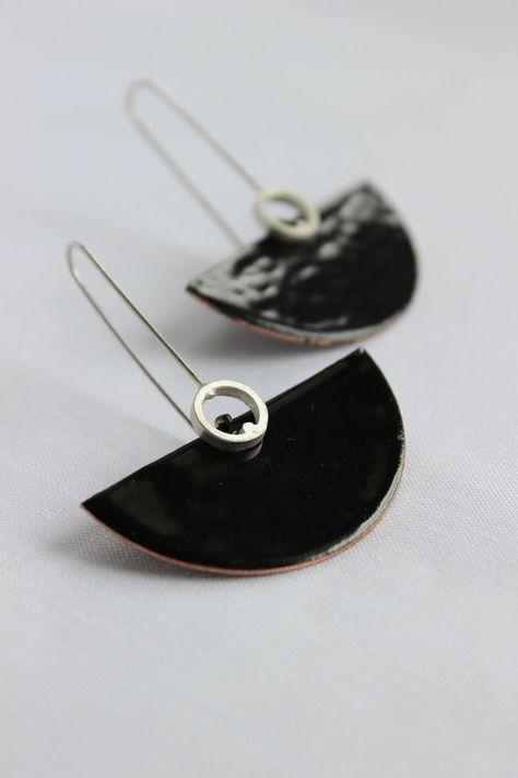 Semicírculo pendientes hechos de cobre y negro esmalte. La hippy es en plata de ley.  Estos pendientes son perfectos para una fiesta de noche, con un sexy vestido negro! He cortado y martillado un semicírculo cobre para dar forma a estos pendientes, luego lo he aplicado un esmalte negro.  Dimensión:: Largo: 2 Ancho: 1.5  La combinación perfecta: http://www.etsy.com/listing/54748665/deco-pendant-black-enamel-sterling  ►las mis productos están diseñados y hechos a mano por mí y están en la…