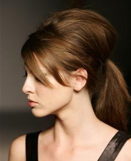 Mit Einem Rattenschwanz Kammen Sie Sanft Ihre Haare Von Den Schlafen Bis Zur Krone Dann Sanft Glatten Und Den Rest Deiner Haare In Einen Hohen Pferdeschwanz St Pferdeschwanz Frisuren Haarschnitt Ideen