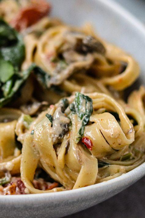 One Pot Pasta mit Tomaten, Pilzen und Spinat - Olives in the Oven