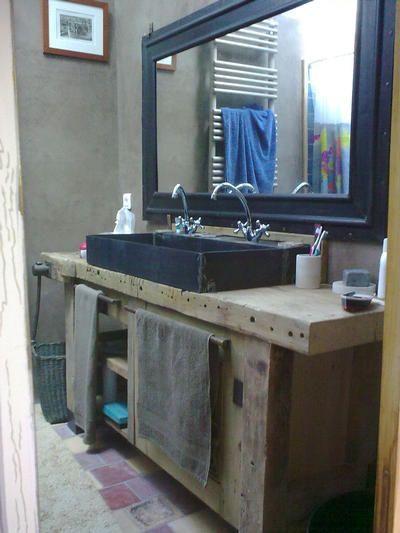 Un Etabli Transforme En Meuble De Salle De Bain Avec Vasque En Pierre Meuble De Salle De Bain Idee Salle De Bain Decoration Salle De Bain