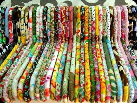 17 Brilliant Ideas for Upcycling your Scrap Fabric - Upcycle My Stuff - - A bumper list of scrap fabric upcycling ideas with links to tutorials and project suggestions. Turn your scrap fabrics into great gifts and decor items! Upcycled Crafts, Sewing Crafts, Upcycled Vintage, Fabric Remnants, Fabric Scraps, Scrap Fabric Projects, Sewing Projects, Fabric Scrap Crafts, Fabric Sewing