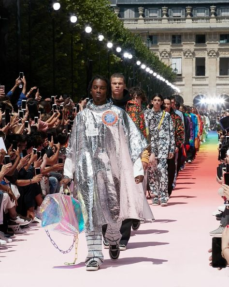 #LVMenSS19 by @VirgilAbloh The finale from the Men's Spring-Summer 2019 Fashion Show by @LouisVuitton's new men's artistic director Virgil…