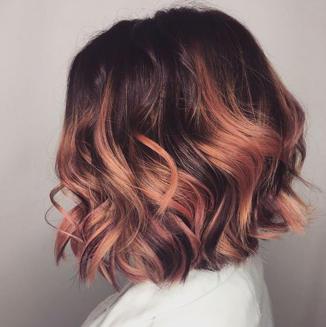 Rose-gold highlights bend and reflect all the beautiful spring daylight we're ab… Rose-gold highlights bend and reflect all the beautiful spring daylight we're about to have. Photo – 34 pink hair color ideas for summer 2018 Cabelo Rose Gold, Red Balayage Hair, Rose Gold Balayage Brunettes, Short Brown Hair, Brown Hair With Highlights, Chunky Highlights, Caramel Highlights, Hair Color Highlights, Hair Color Pink