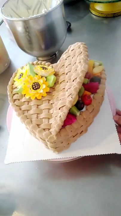 A birthday cake for your girlfriend, if you want to make such an amazing cake for your girlfriend, please come with our video.