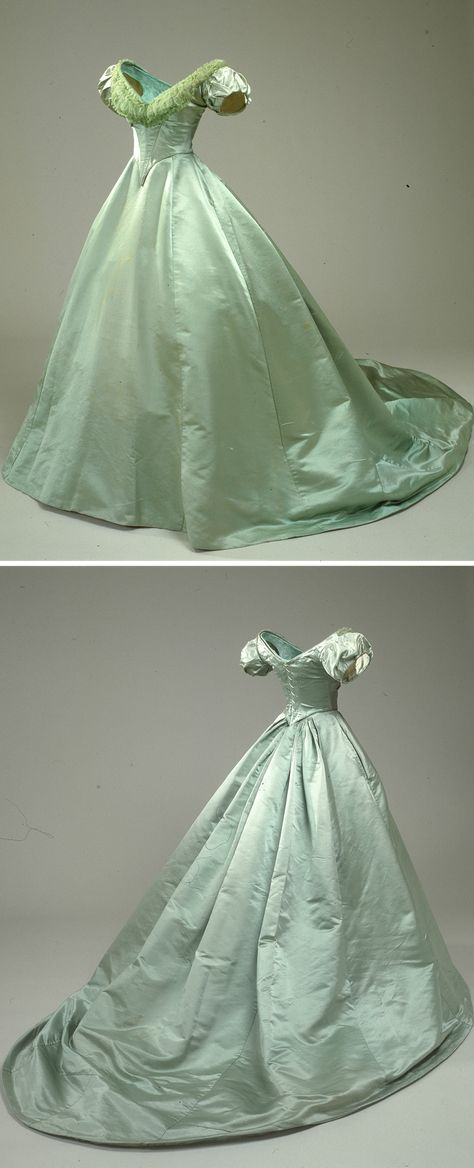 Green ball gown belonging to Queen Louise of Denmark, (Nationalmuseet - København, Denmark) 1800s Fashion, 19th Century Fashion, Victorian Fashion, Vintage Fashion, 17th Century, Victorian Ball Gowns, Vintage Ball Gowns, Vintage Outfits, Vintage Dresses