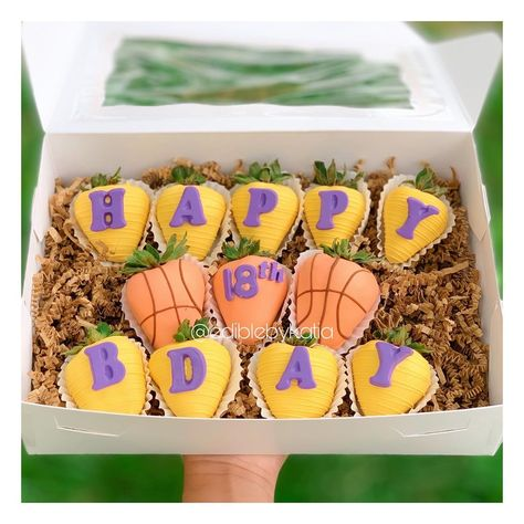 Chocolate Covered Treats, Chocolate Dipped Strawberries, Chocolate Sweets, Strawberry Box, Strawberry Shortcake, Beautiful Birthday Cakes, Halloween Chocolate, Chocolate Bouquet, Edible Gifts