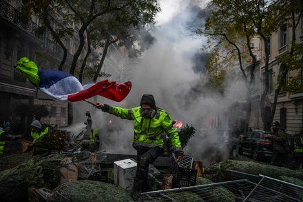 Frances Yellow Vests A Populist Movement Following Its Own Playbook These Protests Are More Akin To The Anti Wall Street Dem Paris Protests Yellow Vest France