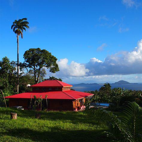 Que diriez-vous d'un séjour exotique dans les Caraïbes françaises? Cette maison bioclimatique créole est un véritable paradis! Naturellement ventilée, elle est faite de bois rouge et offre une vue imprenable sur la baie des Saintes – réputée pour être la deuxième plus belle baie au monde. L'échange de garde d'animaux est presque un plus ici, puisque vous séjournerez dans un énorme parc naturel abritant une large variété d'animaux sauvages et domestiques à proximité. Rassurez-vous: aucun…
