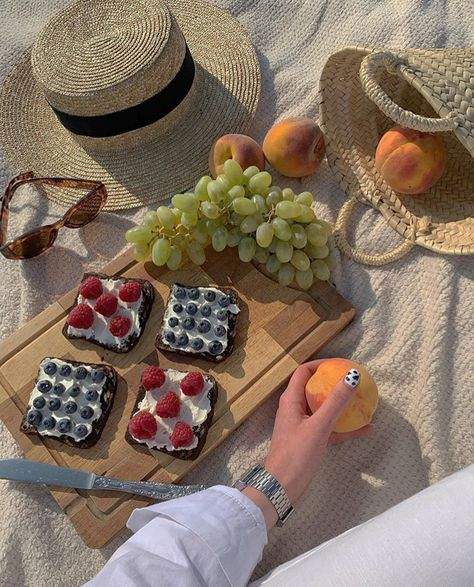 February 04 2020 at fashion-inspo Picnic Date, Summer Picnic, Beach Picnic Foods, Healthy Picnic Foods, Comida Picnic, Comidas Fitness, Good Food, Yummy Food, Think Food