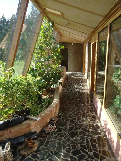 Earthship home - Combo hallway and greenhouse, growing your own veggies and fruit stays around 70 degrees year round Small House Swoon, Earthship Home, Earthship Design, Casa Patio, Casas Containers, Earth Homes, Natural Building, Green Building, My Dream Home