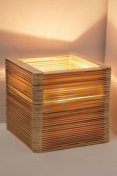 Originelle Lampe Aus Holzspateln Holz In 2020 Diy Table Lamp Wood Diy Diy Furniture Nightstand