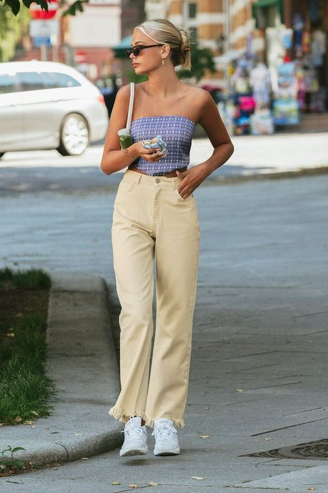 Beige Jeans, Jean Beige, Beige Pants Outfit, Jeans Outfit Summer, Summer Outfits, Lazy Day Outfits, Weekend Outfit, White Pants, Woman Fashion