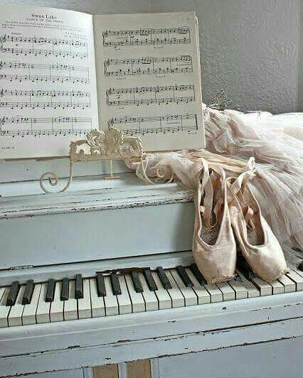 22 Me Gusta 1 Comentarios Julia Favre Favrejulia En Instagram The Piano And The Ballerina P Ballet Wallpaper Dance Wallpaper Ballet Pictures
