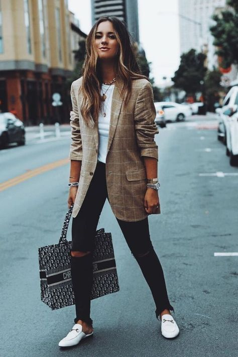 21 Women's Street Style For Teens - Global Outfit Experts streetstyle 21 Women'. - mode - 21 Women's Street Style For Teens – Global Outfit Experts 21 Women's Street Style For Teens Casual Work Outfits, Professional Outfits, Mode Outfits, Work Casual, Trendy Outfits, Summer Professional, Cute Blazer Outfits, Women Blazer Outfit, Fashion Outfits